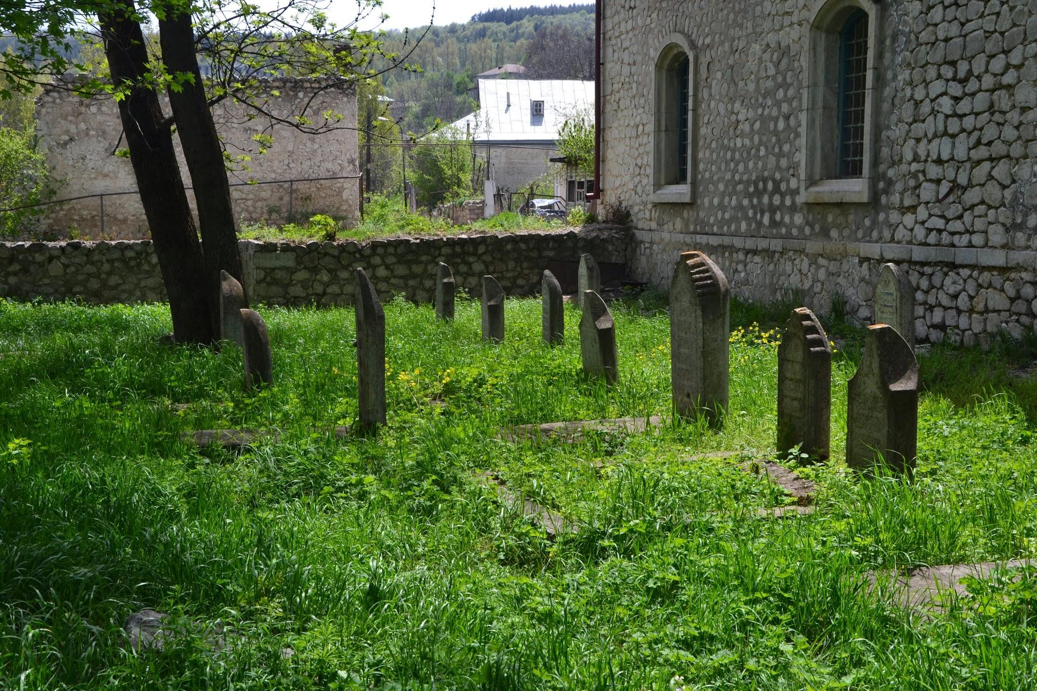 Cmentarzyk przy meczecie w Shushi